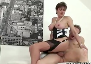 Cuckolds wife loves to bone